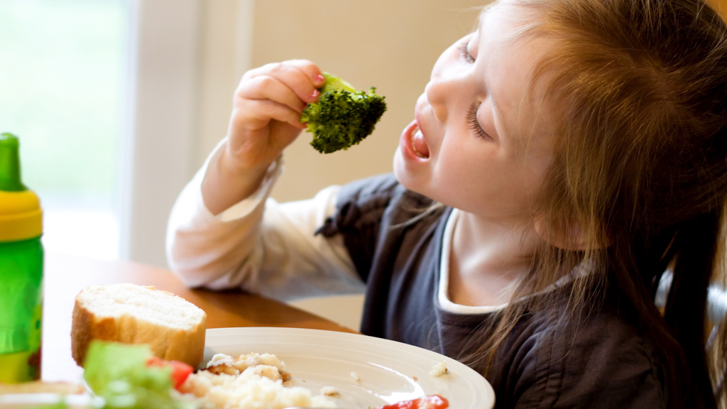 Child eating broccoli - Sanford fit