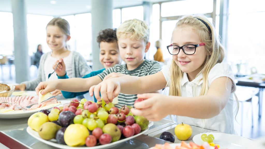 Children picking healthy food - Sanford fit